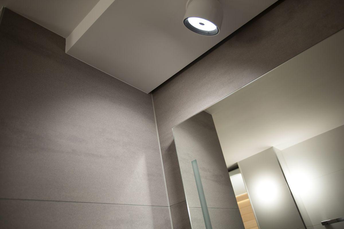 Wat meteen opvalt aan deze badkamer, is het hout dat verwerkt is in de kastdeuren. Dit geeft de badkamer een landelijke en robuuste uitstraling. De kleur van het hout gecombineerd met de prachtige natuurstenen tegels op de muur en vloer doen de badkamer warm lijken. Daardoor voelt de ruimte behaaglijk aan.
