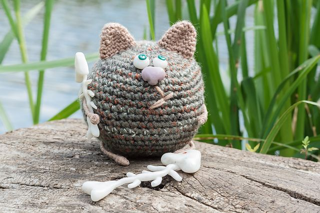 This crochet pattern cat is easy to create and perfect to start if you're a beginner.