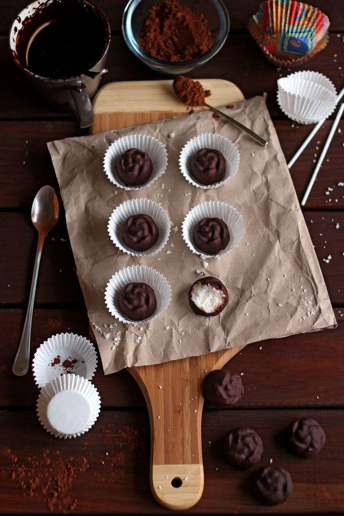 Bolitas de coco y vainilla cubiertas de chocolate