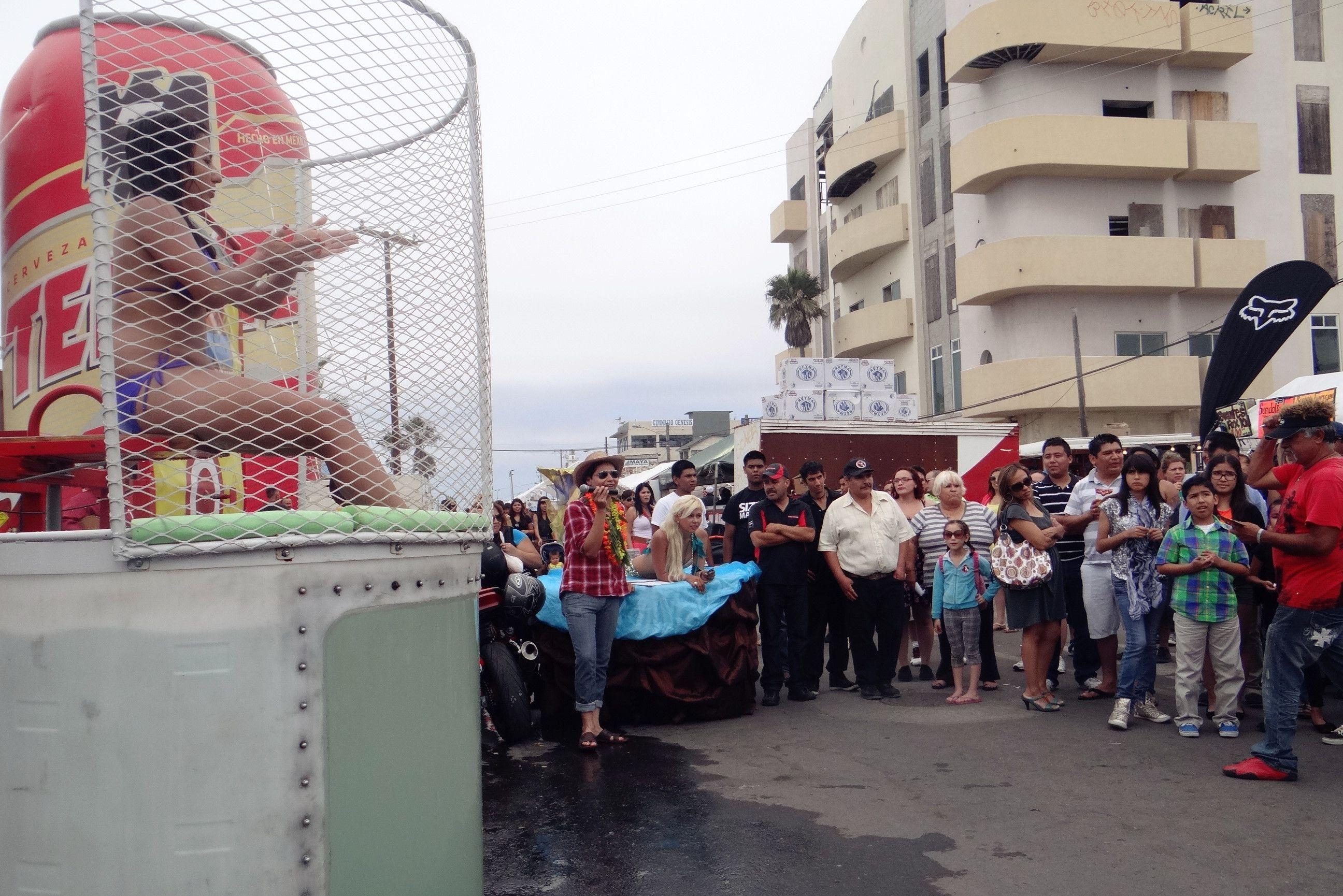 Dunk Tank en El 5to Festival de Tijuana en La Playa