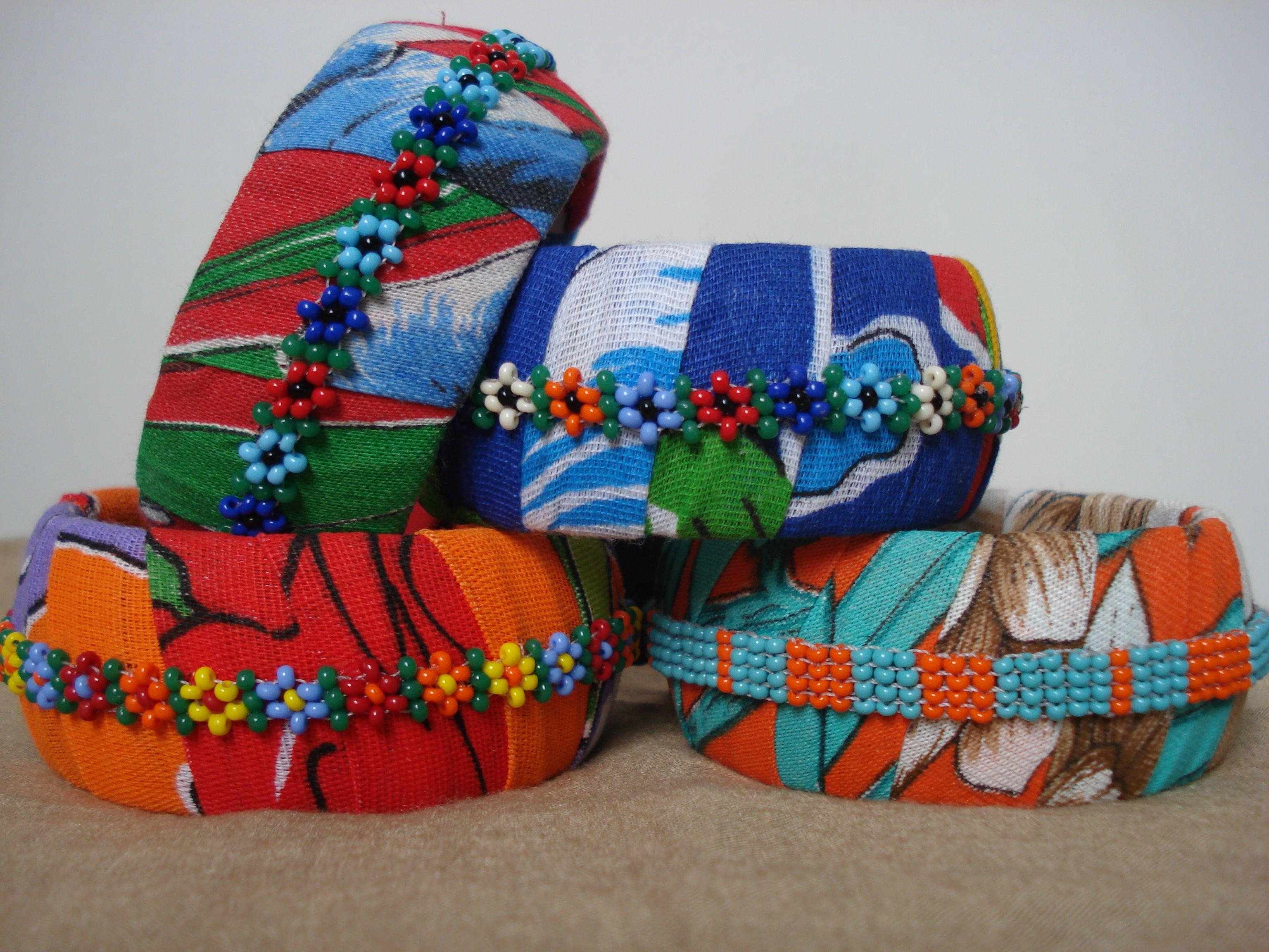 Pulseira forrada com Chita e bordada com miçangas.