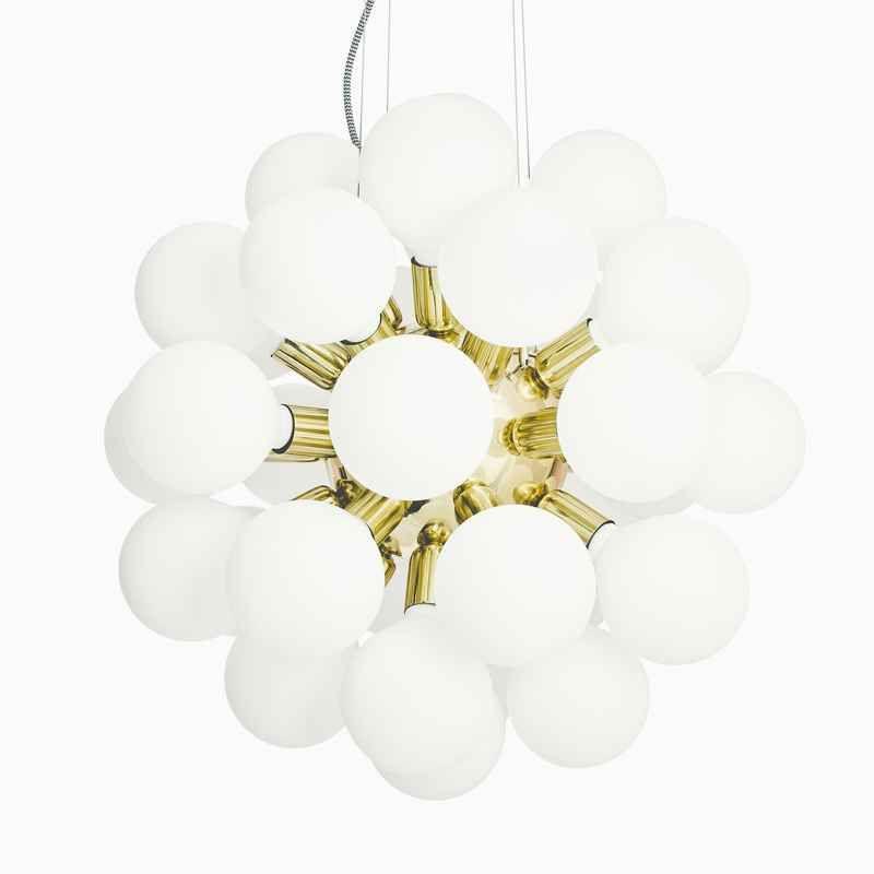 De Lux mässing stor taklampa med vita glober från Krebs hos ConfidentLiving.se