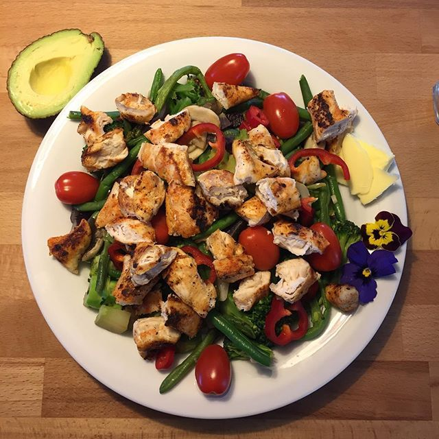 Det er vigtigt at huske, at man også spiser med øjnene! Så når jeg har tiden og muligheden, laver jeg frisk mad med farverige lækre grøntsager 😛👏🏻 #tomåltideriét#kylleoggrøntkanogsåseflotud#eattogrow#foodlove#eatclean#healthy#food#instafood#proteins#gains#dreambig#workhard#dowhatyoulove#behappy#dietlife#motivation#trainhardorgohome#teampbfitness