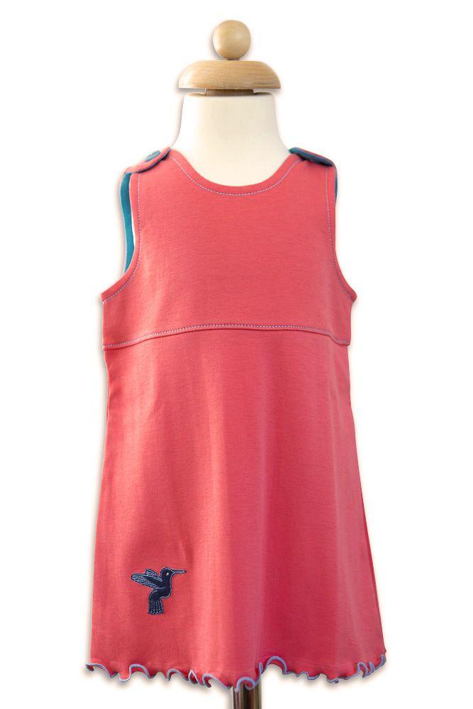 Hübsches Überwurfkleid aus Pima Bio Baumwolle in der frischen Farbkombination korall/hellblau. Verspielter geringelter Saum und süße Kolibri Applikation.