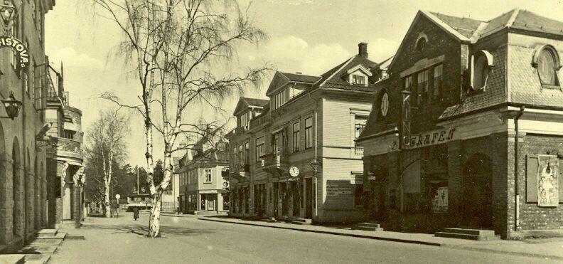 Hedmark fylke Elverum Storgt6. med Biografen. Helt i nord skimtes Galgebergsparken. Biografen ble satt opp av et privat selskap etter tomtekjøp fra Hotel Central i 1913. I 2. etasje lå folkebiblioteket. I bygget var det også frisører. Foto E. Syringen