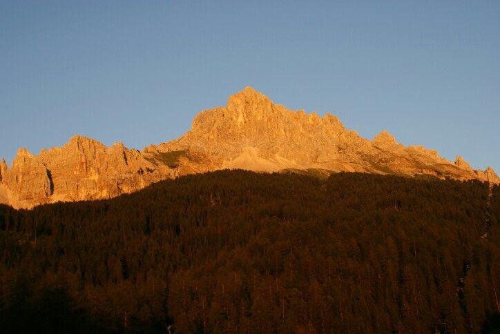 Alpengluhen, Enrosadira. De avondzon kleurt de Latemar vlammend rood.