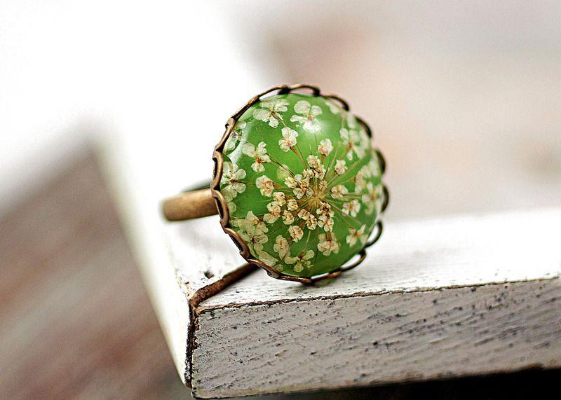 Echter Blüten Ring hellgrün von Villa Sorgenfrei - Schmuck aus Naturmaterialien. Uhren, Medaillons und mehr. auf DaWanda.com
