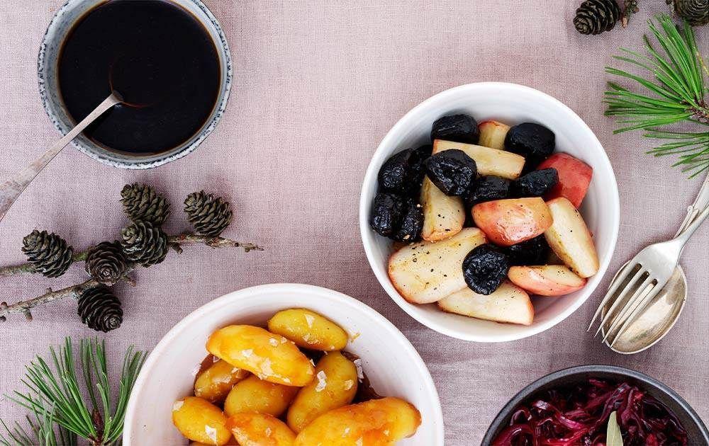 Syltet rødkål, brunede kartofler og stegte æbler med timian og svesker. #brunedekartofler Syltet rødkål, brunede kartofler og stegte æbler med timian og svesker. #brunedekartofler