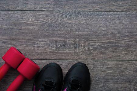 Deporte Traje para ejercicios Equipo para un buen entrenamiento en el fondo de madera Foto de archivo