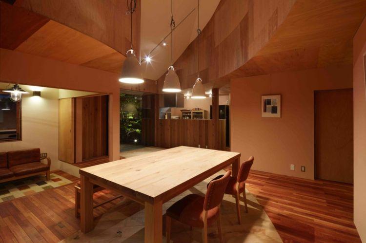 Holzverkleidung im Haus für Decke und Boden für ein warmes Ambiente ...