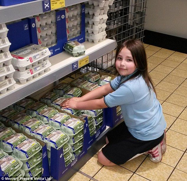 Little Helper Carina Brooks Pictured Often Tidies The Shelves While On Shopping Trips W Comfortable Airport Outfit Tidy Up Airport Outfit