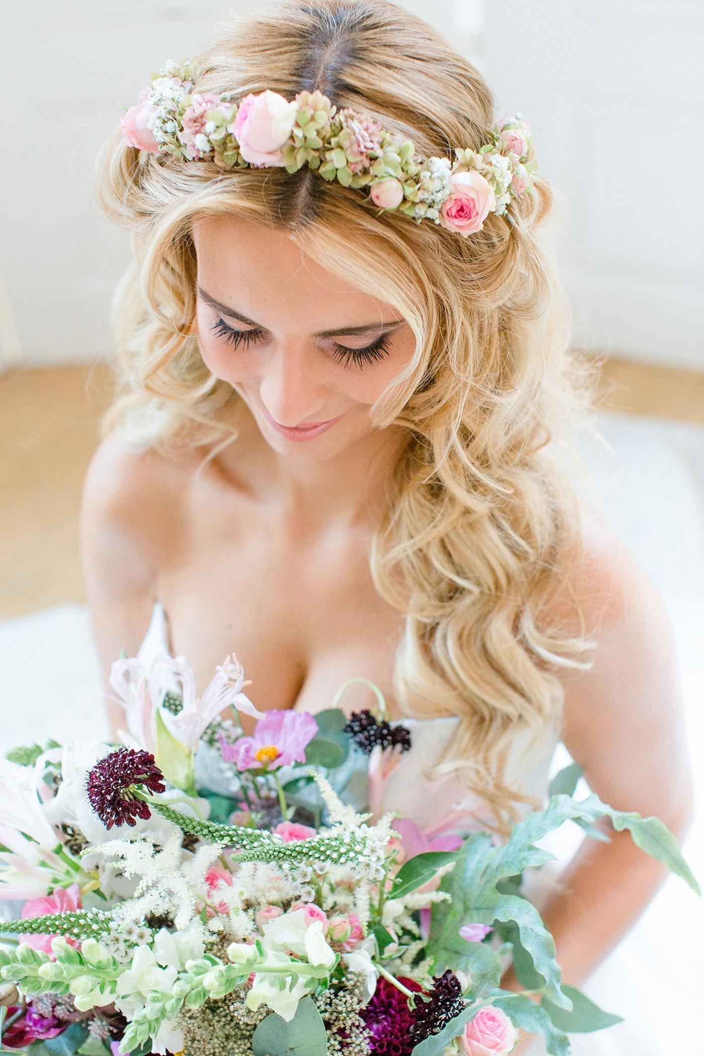 Offene Brautfrisur Mit Blumenkranz I Grosse Bildergalerie Frisur Blumenkranz Hochzeit Frisuren Blumenkranz Blumenkranz Haare