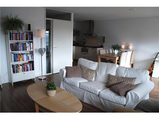 Gezellig Ingerichte Woonkamer : In deze ruime licht woonkamer is het gezellig zitten. op de vloer