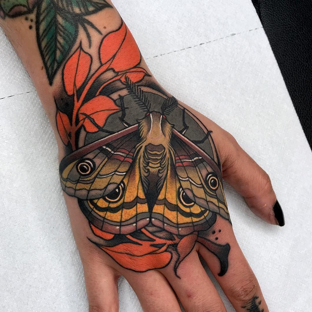 Hand Tattoo For Black Tulip Tattoo In Heavyhanderstattoo Traca Moth Mothtattoo Polilla Neotr Traditional Hand Tattoo Hand Tattoos For Women Hand Tattoos