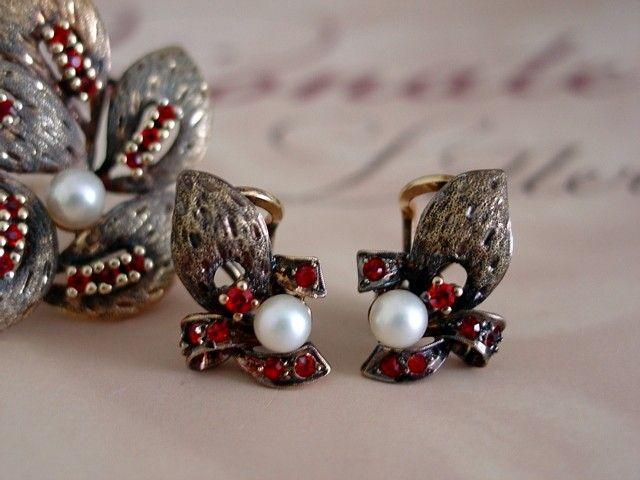 Alice Caviness - Broche et Boucles d'Oreilles - Argent, Perles et 'Grenats'