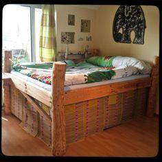 Baumstamm-Bett | DIY | Bett, Baumstämme und Badezimmer