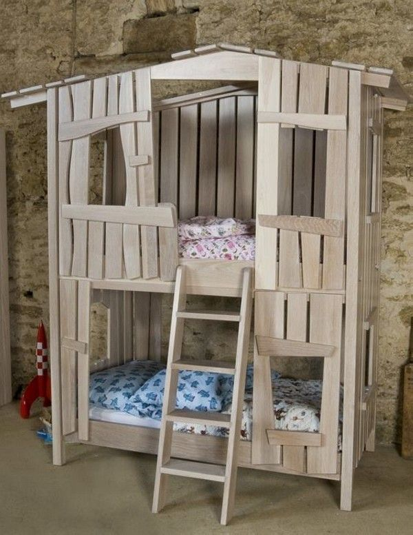 Wooden pallet kids bed 600 776 pixels for Kids pallet bed