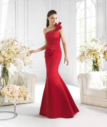 Vestido de un hombro y cola en tono rojo para damas de boda - Foto La Sposa 00df0d957ed8