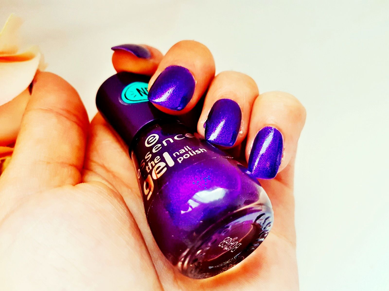 Essence the gel nail polish Midnight Sky Effekt