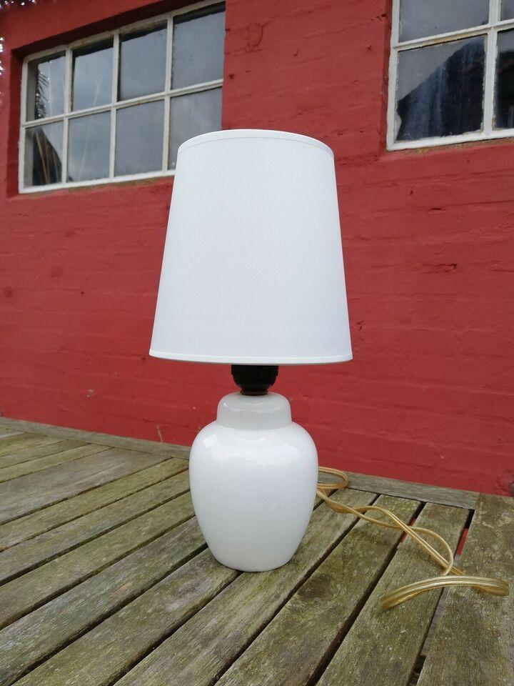 Lampe, Lille hvid bordlampe i porcelæn. I smuk buttet for i