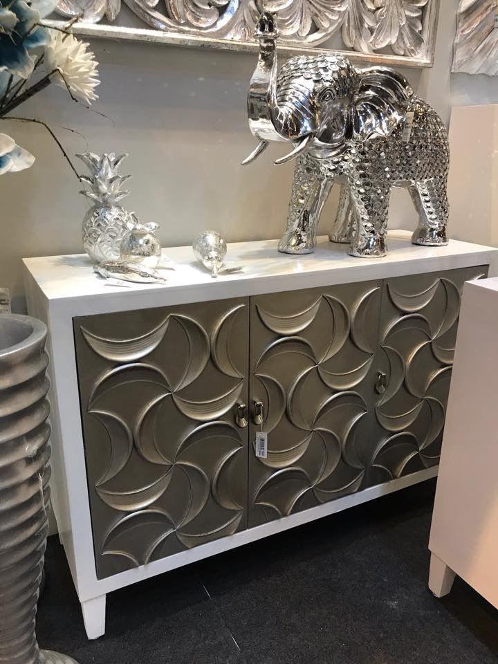Nueva colección de muebles auxiliares de madera en tonos blancos y ...