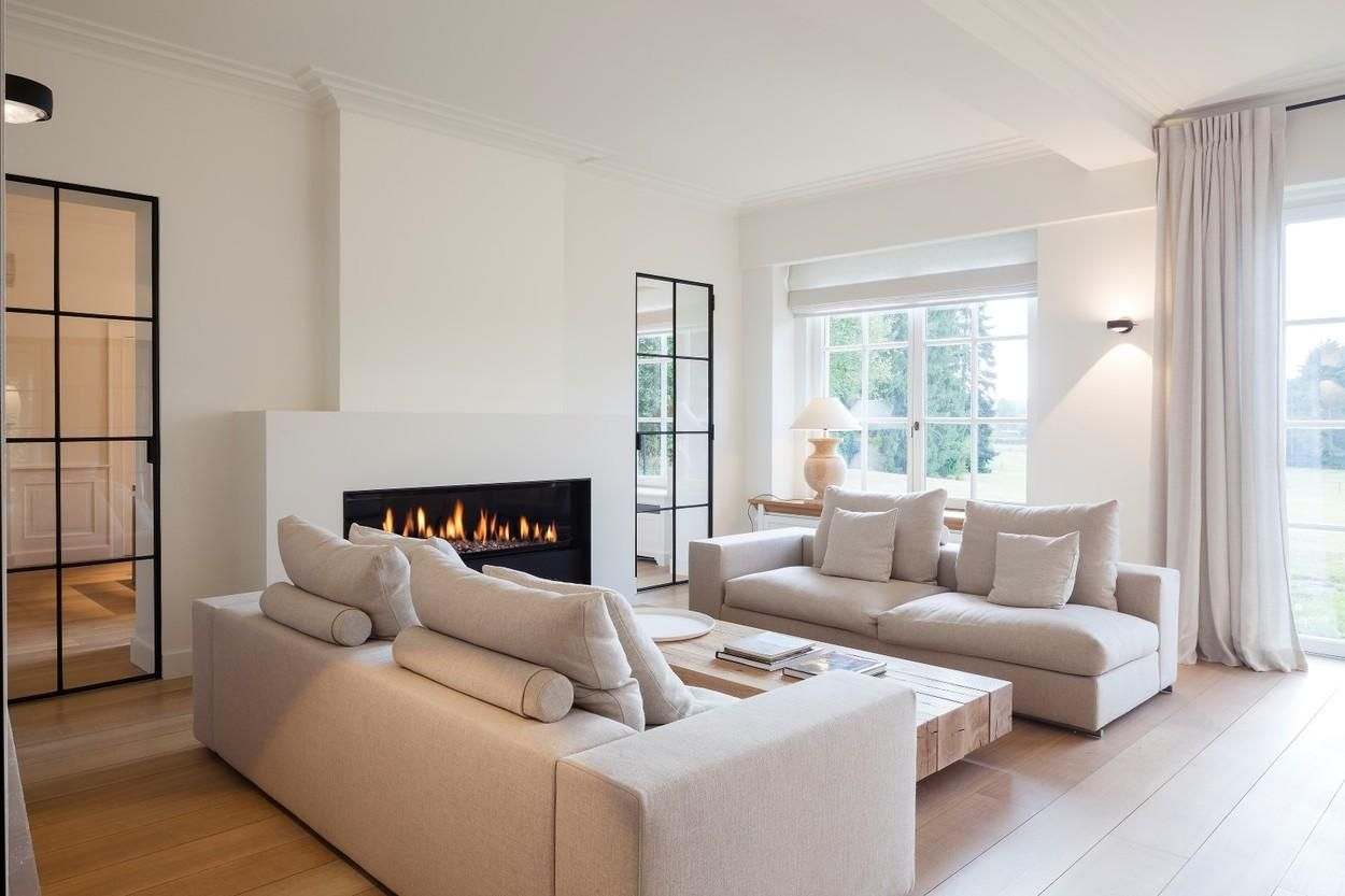 Hedendaagse renovatie van een klassieke villa country white living