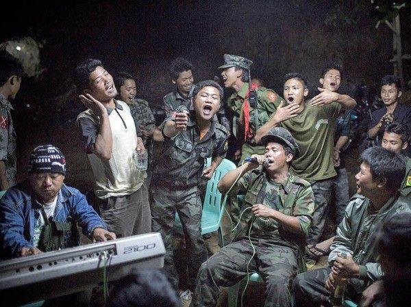 Combatientes de la guerrilla de la minoría birmana Kachin, ellos celebraban el funeral de uno de sus comandantes, quien había muerto un día antes en un sitio bloqueado por la armada birmana. Fue el fotógrafo alemán Julius Schrank quien se llevó el primer premio en la categoría Vida Cotidiana con esta imagen - See more at: http://culturacolectiva.com/ganadores-del-world-press-photo/#sthash.xhpIet70.dpuf