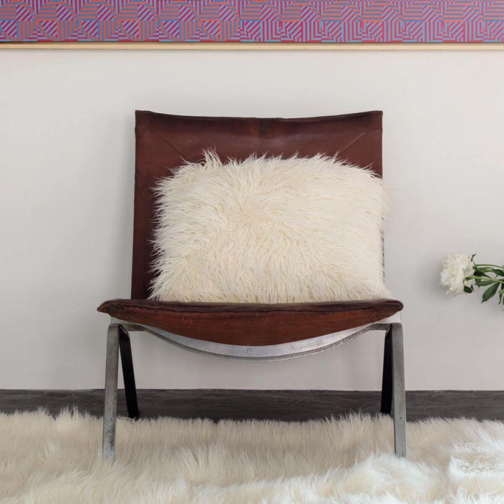 coussin blanc haut de gamme en fausse fourrure par ligne. Black Bedroom Furniture Sets. Home Design Ideas