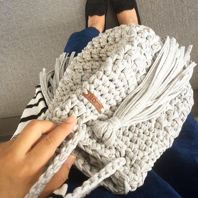 昨日制作したラドロー風巾着🌞 少し気になるところがあったので、2、3日自分で実際に試着してから、改めて制作、販売いたします😊❤️ #ニットクラッチ #ニット#クラッチ#クラッチバック#プチプラ#鍵編み#編み物#コーデ#コーディネート#ママコーデ#ハンドメイド#オーダーメイド#クラッチバッグ#バッグ#ボタン#タッセル#ショルダーバック