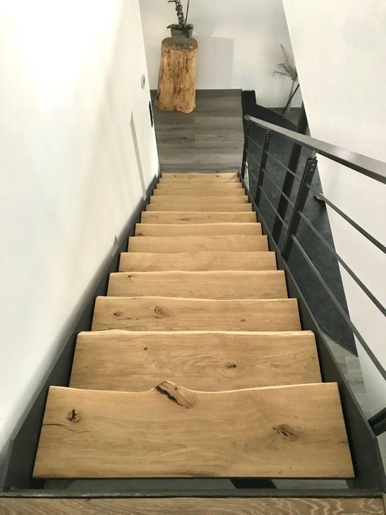 Treppe aus Eiche, Treppenstufen mit Baumkante, Massivholz #hausinterieurs