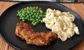 Orecchiette con salsa de queso poblano asado guisantes y crujiente de pollo al h…