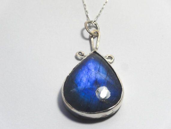 Mira este artículo en mi tienda de Etsy: https://www.etsy.com/listing/216589425/blue-fire-labradorite-and-silver
