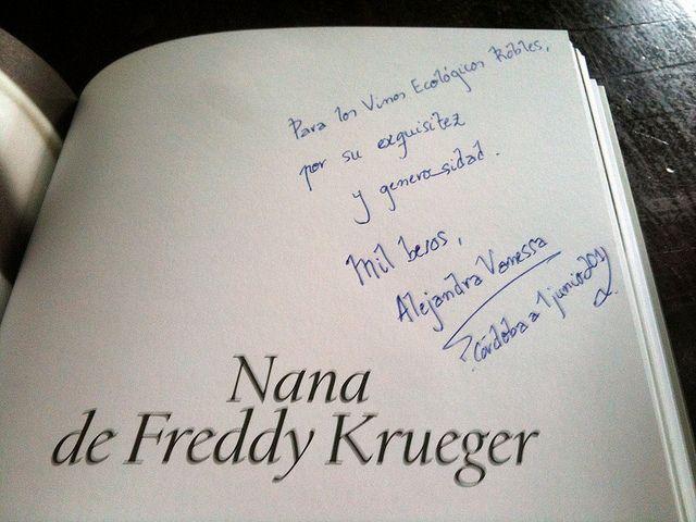"""Alejandra Vanessa firmándonos el libro """"A gustar convidan. La gastropoesía""""."""