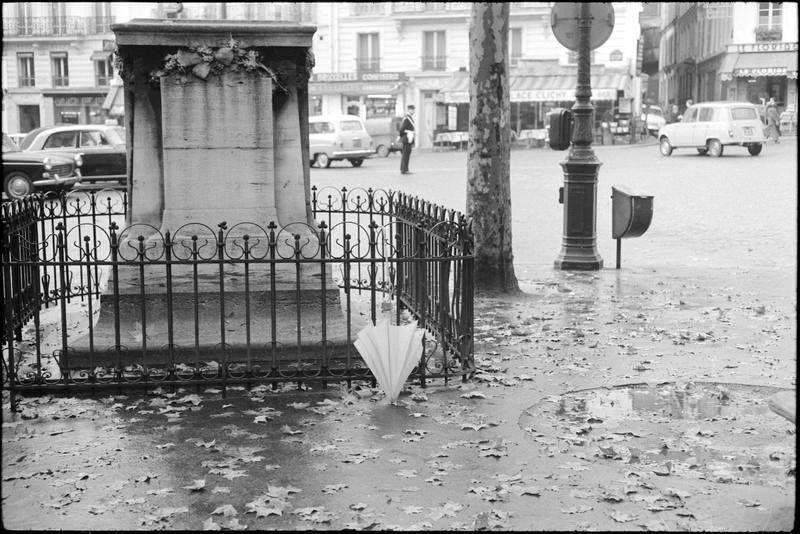 Un parapluie... (C) Ministère de la Culture - Médiathèque du Patrimoine, Dist. RMN-Grand Palais / André Kertész 1963