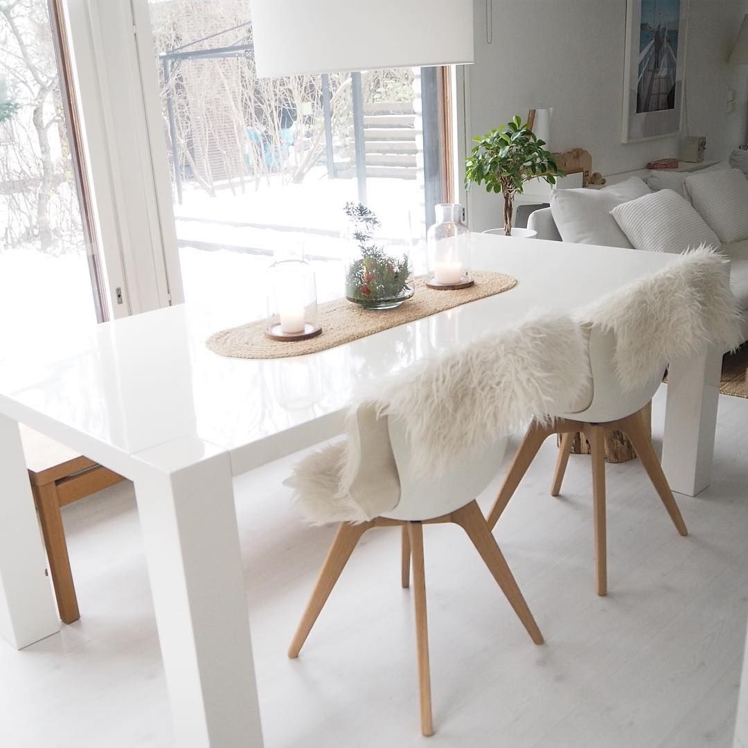 Lämpimät puiset yksityiskohdat tuovvat kodikkuutta moderniin valkoiseen sisustukseen.