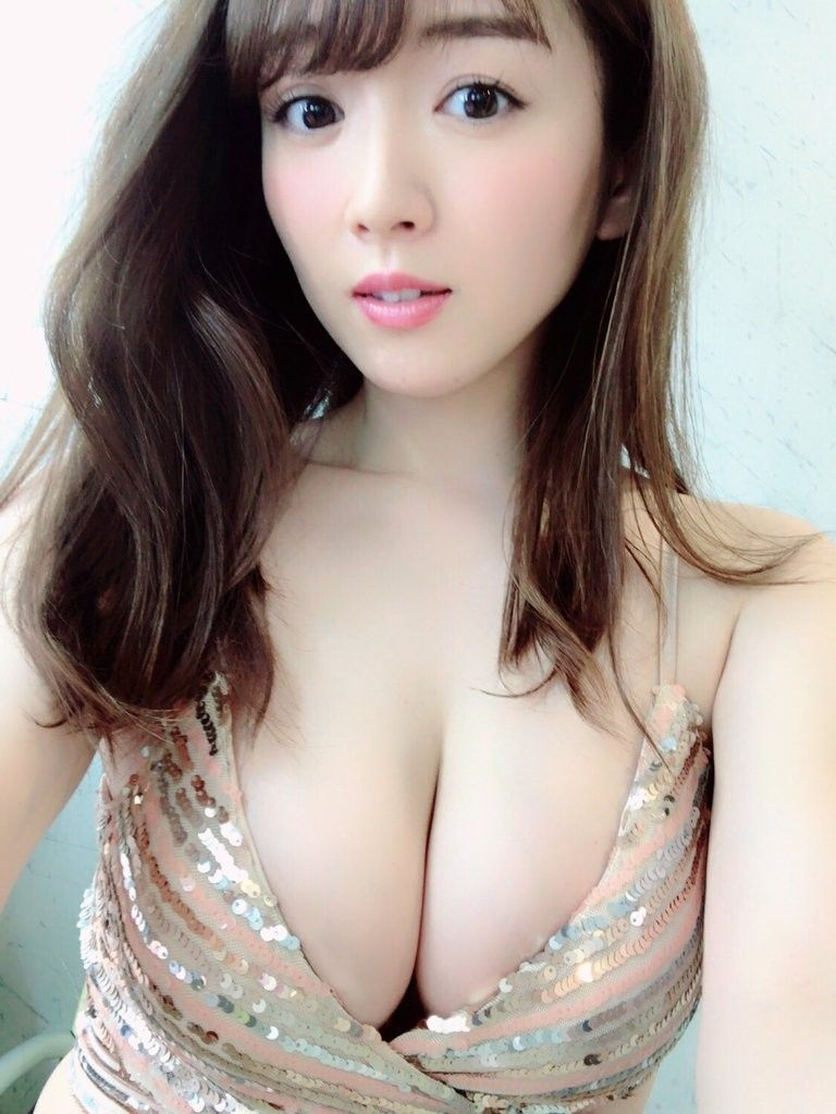 Asian Cleavage Hot