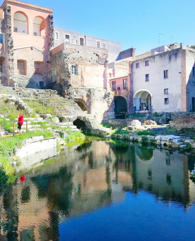 A Catania non c'è bisogno che piova per avere dei riflessi fighi, basta soltanto un teatro romano e un antico fiume sommerso dalla lava!🌊 ⚫…