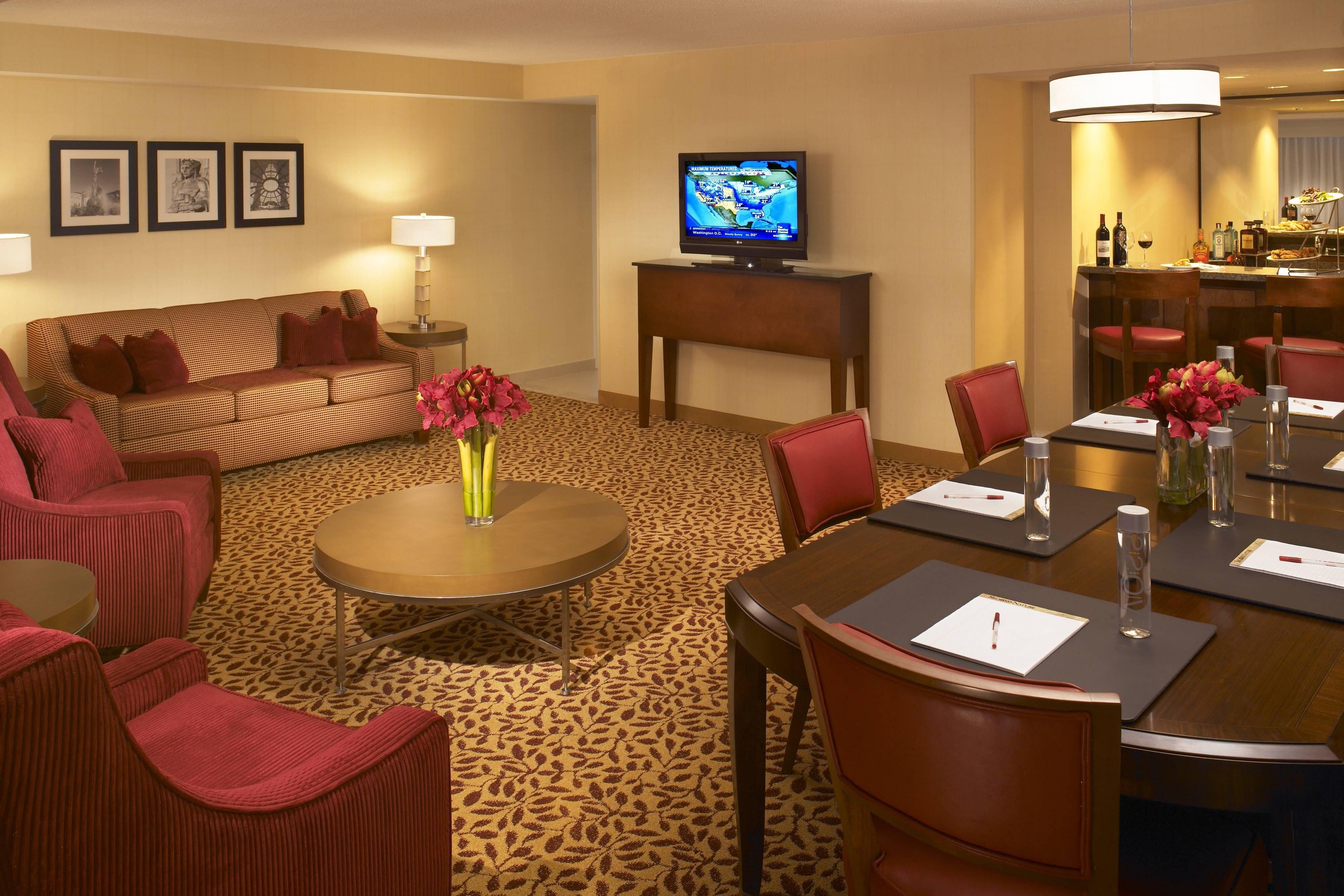 Cleveland Airport Marriott Presidential Suite Guestbathroom