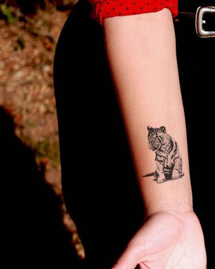 tiger tattoos frau mit schwarzer hose arm armtattoo. Black Bedroom Furniture Sets. Home Design Ideas