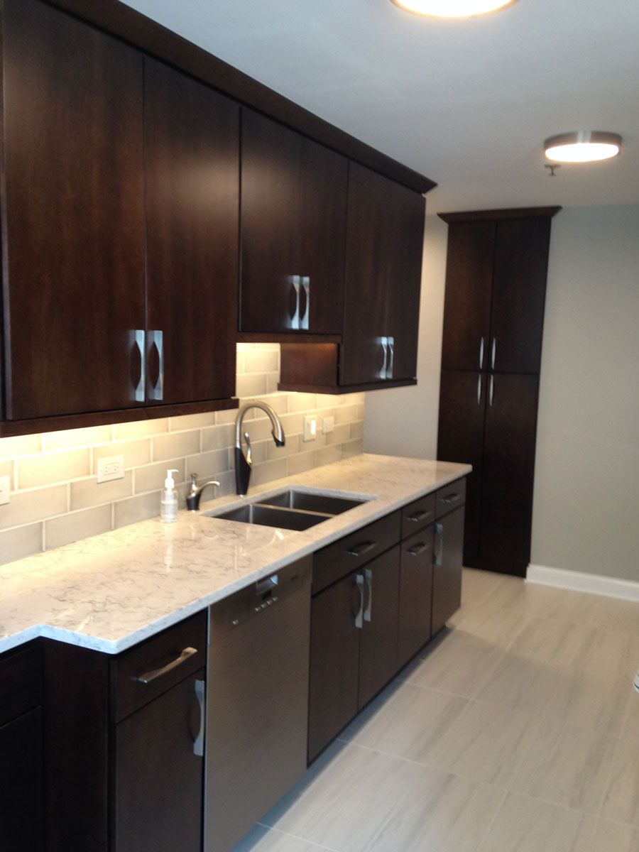 Designer Caroline Freeda Used Fieldstone Cabinetry S Tempe Door Style In Maple Finished In Mocha With Ebony G Kitchen Renovation Black Kitchens Custom Cabinets