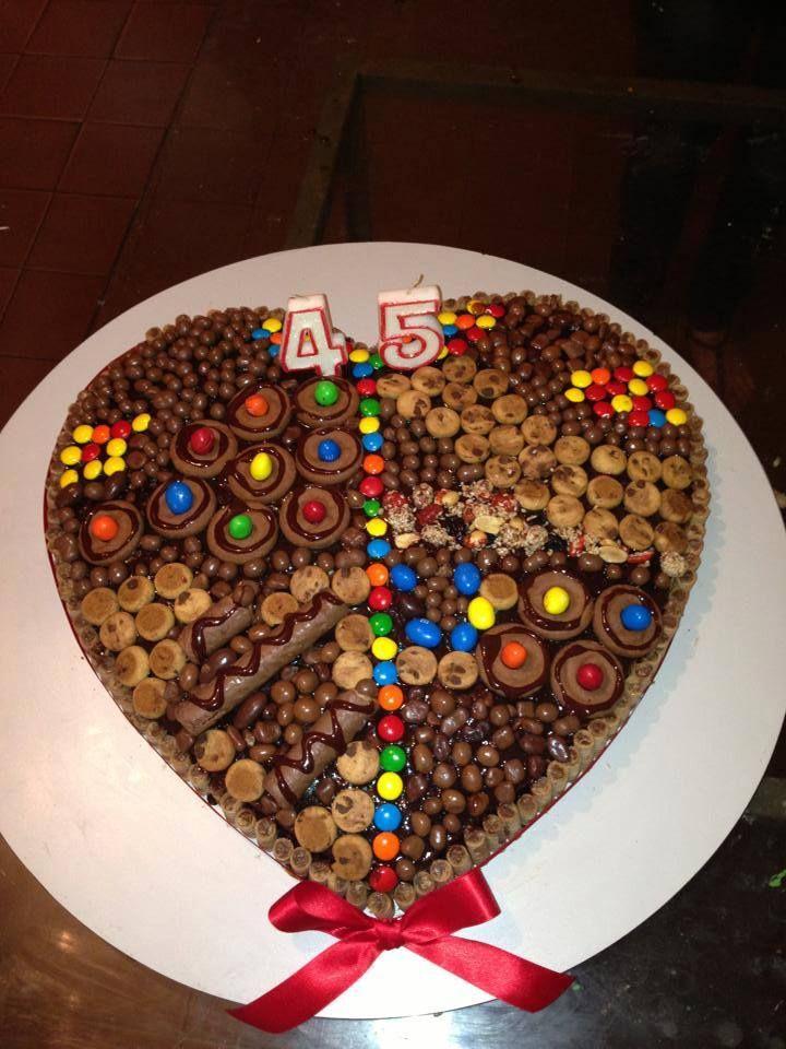 Torta brownies rellenaq con crema de chocolate y avellanascon la decoracion de piruli dandis - Decoracion con chocolate ...