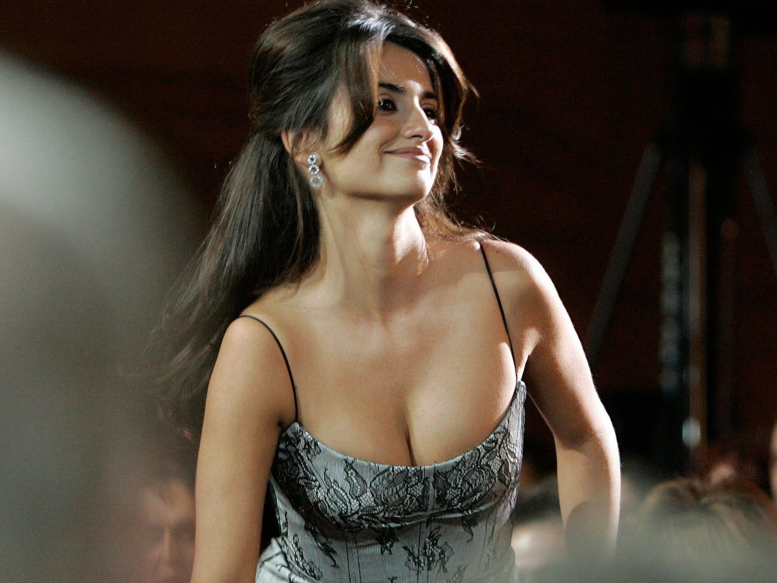 Hollywood movie bandidas actress hot boobs