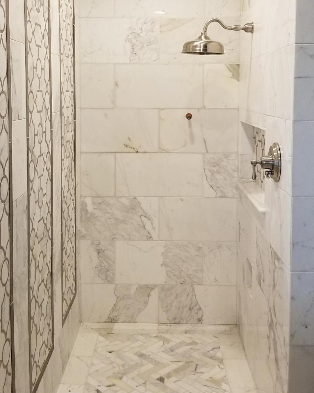 Calacatta Gold Master Bathroom Remodel Featuring The Beautiful Sinuous Waterjet Mosaic Calcutta Gold Marble Bathroom Bathrooms Remodel Gold Tiles Bathroom