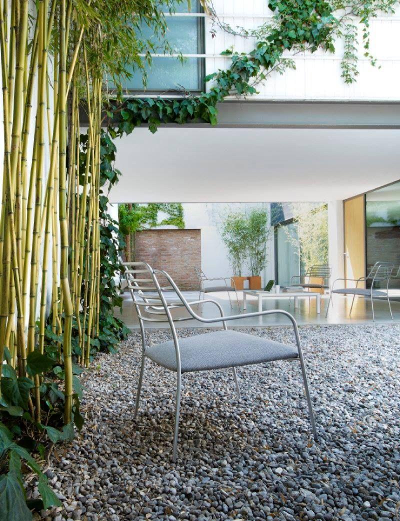 Ideal para los espacios al aire libre, la colección Résille de #LigneRoset incluye sofá, sillón y silla de comedor con brazos.