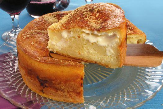 Torta de 3 queijos, travessa marrom, toalha de mesa azul