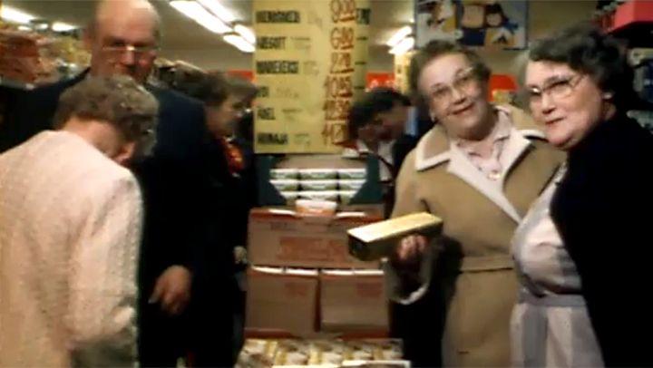 Tyypillinen suomalainen ostoskassi 1980-luvulla ruotsalaisesta elintarvikekaupasta oli kasa voita, sokeria ja mariekeksejä.