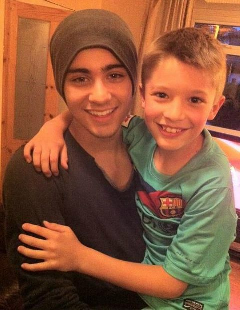 awh zayn with a little boy fan :) he always looks so happy with the kids,  it's adorable!!