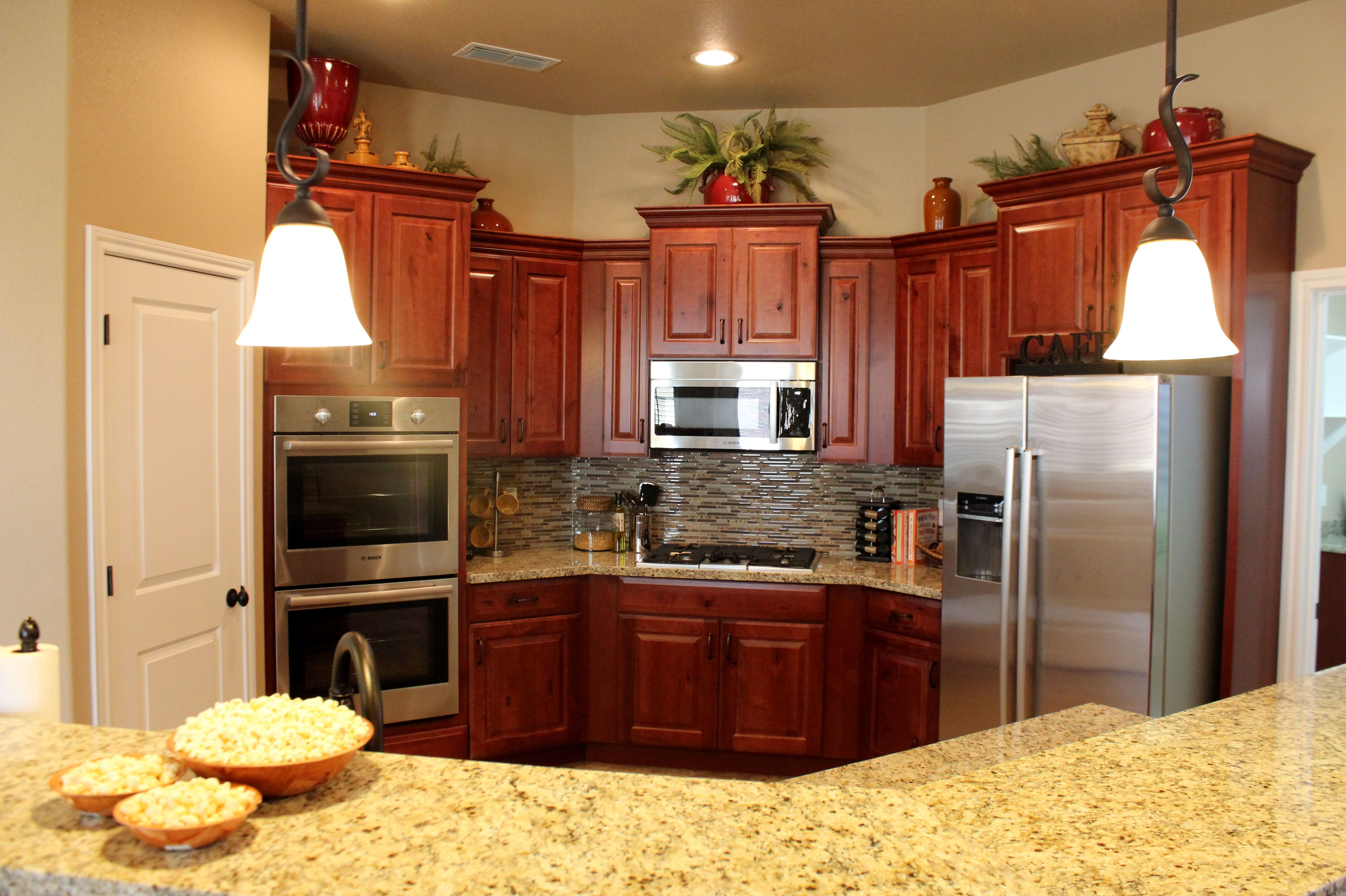 New Venetian Gold Granite Rustic Maple Cabinets In