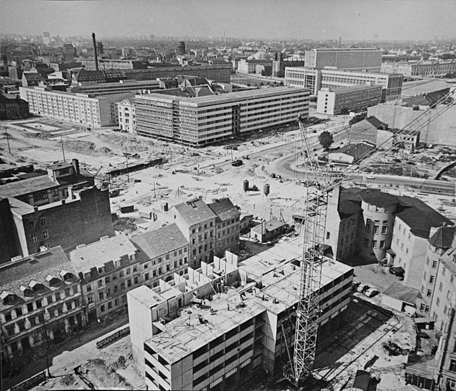 Berlin Mitte Ca 1970 Umbau Und Abriss Der Berliner Altstadt Vorn Die Fischerstrasse Links Oben Der Petrikirchplatz Danaben Berlin Geschichte Berlin Bilder