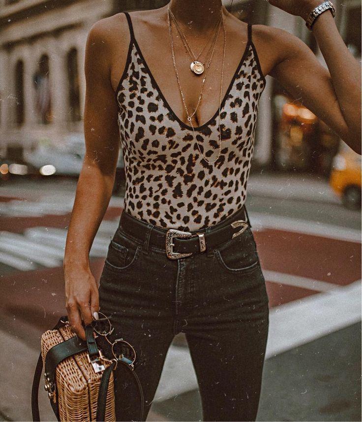 Gepard-Print-Body mit hohen schwarzen Jeans. Besuchen Sie Daily Dress Me auf dailydressme.com, um mehr zu erfahren , #besuchen #daily #gepard #hohen #jeans #print #schwarzen #dailydressme